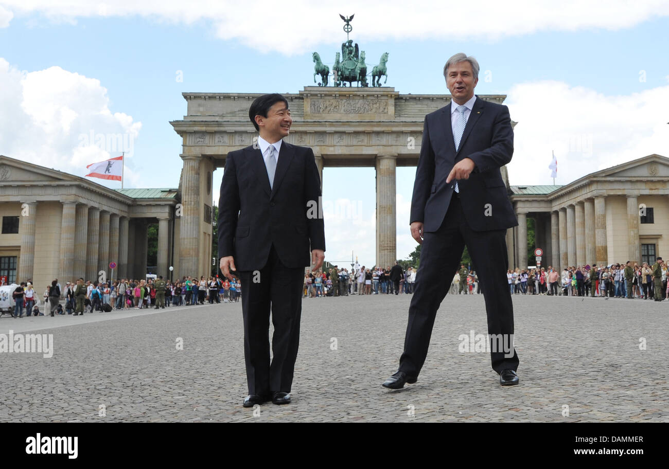 Mayor of Berlin Klaus Wowereit shows Japanese Crown Prince Naruhito (L) around Pariser Platz in Berlin, Germany, - Stock Image