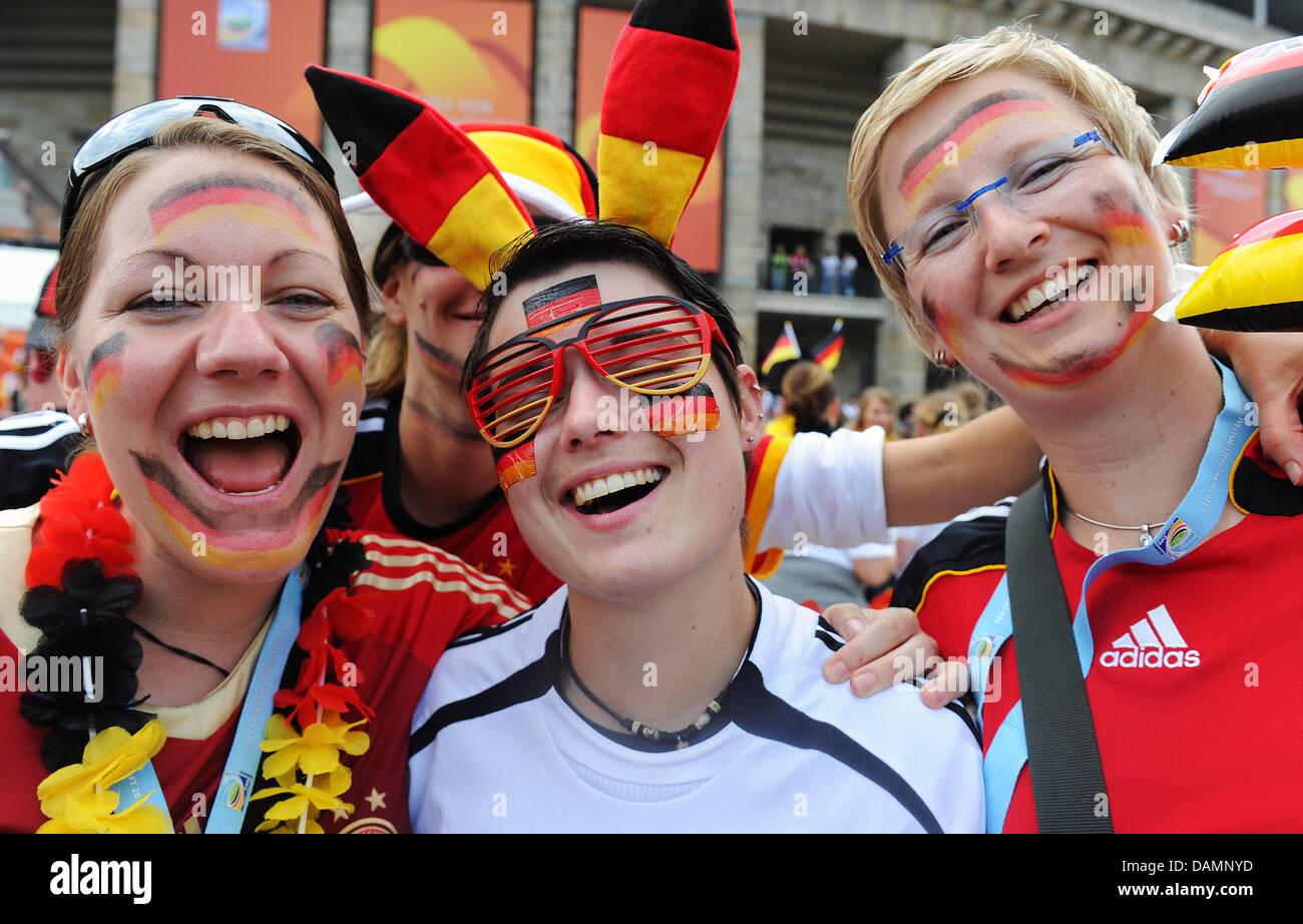 Verkleidete weibliche Fußballfans feiern am Sonntag (26.06.2011) in Berlin vor dem Stadion. Das Eröffnungsspiel - Stock Image
