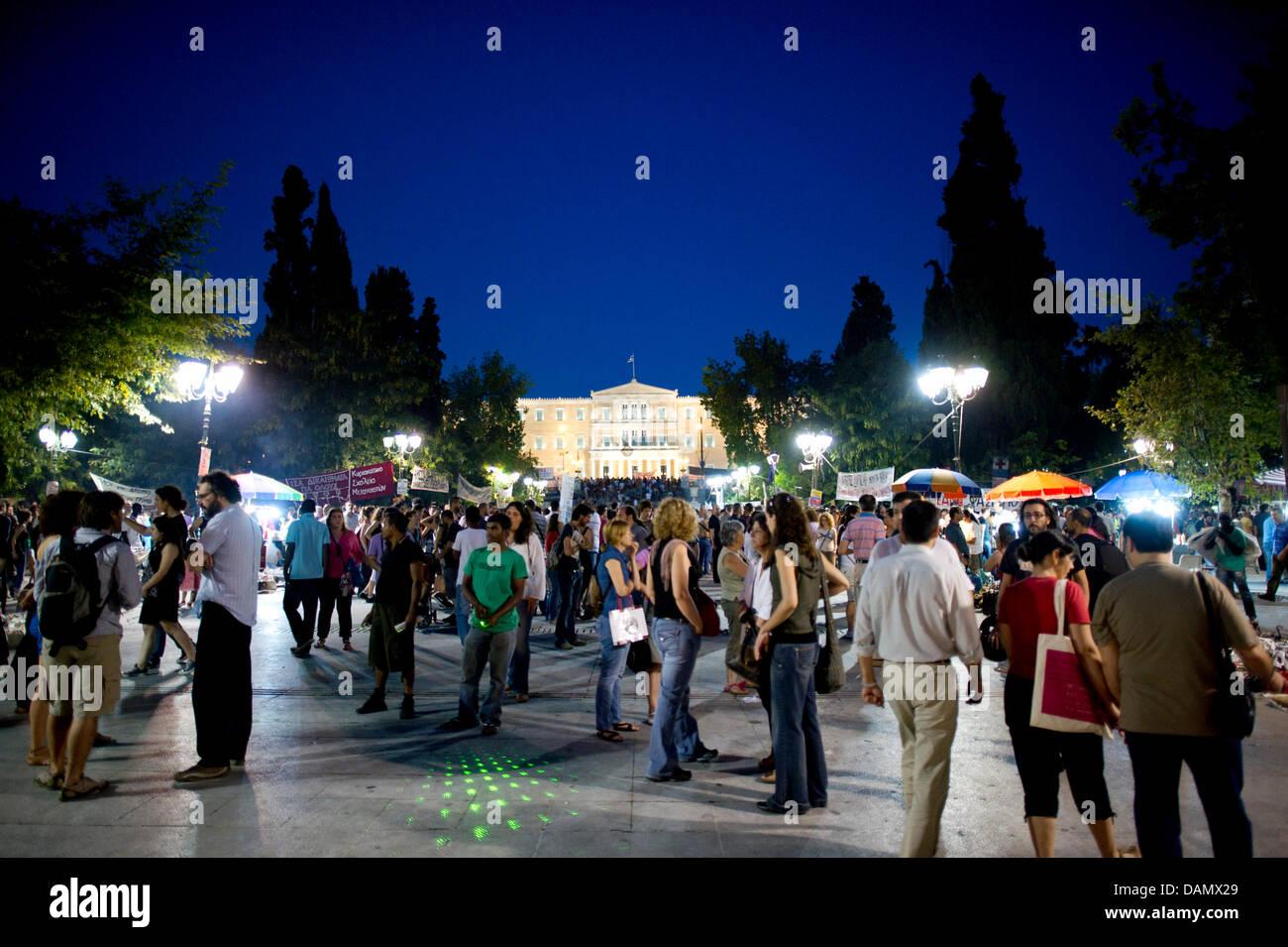 Tausende von Demonstranten haben sich am Donnerstag (30.06.2011) vor dem Parlament in Athen, Griechenland, versammelt. - Stock Image
