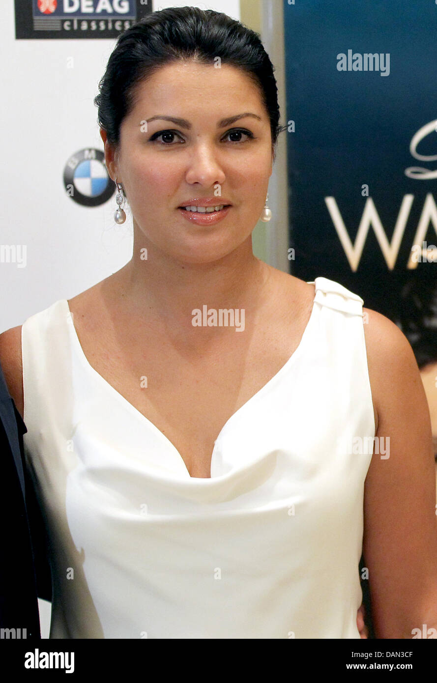 Anna Netrebkos fiance liked Russian celebrities 11/19/2014