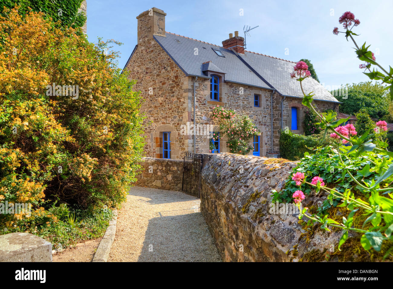 granite cottage in Saint-Suliac, Brittany, France - Stock Image