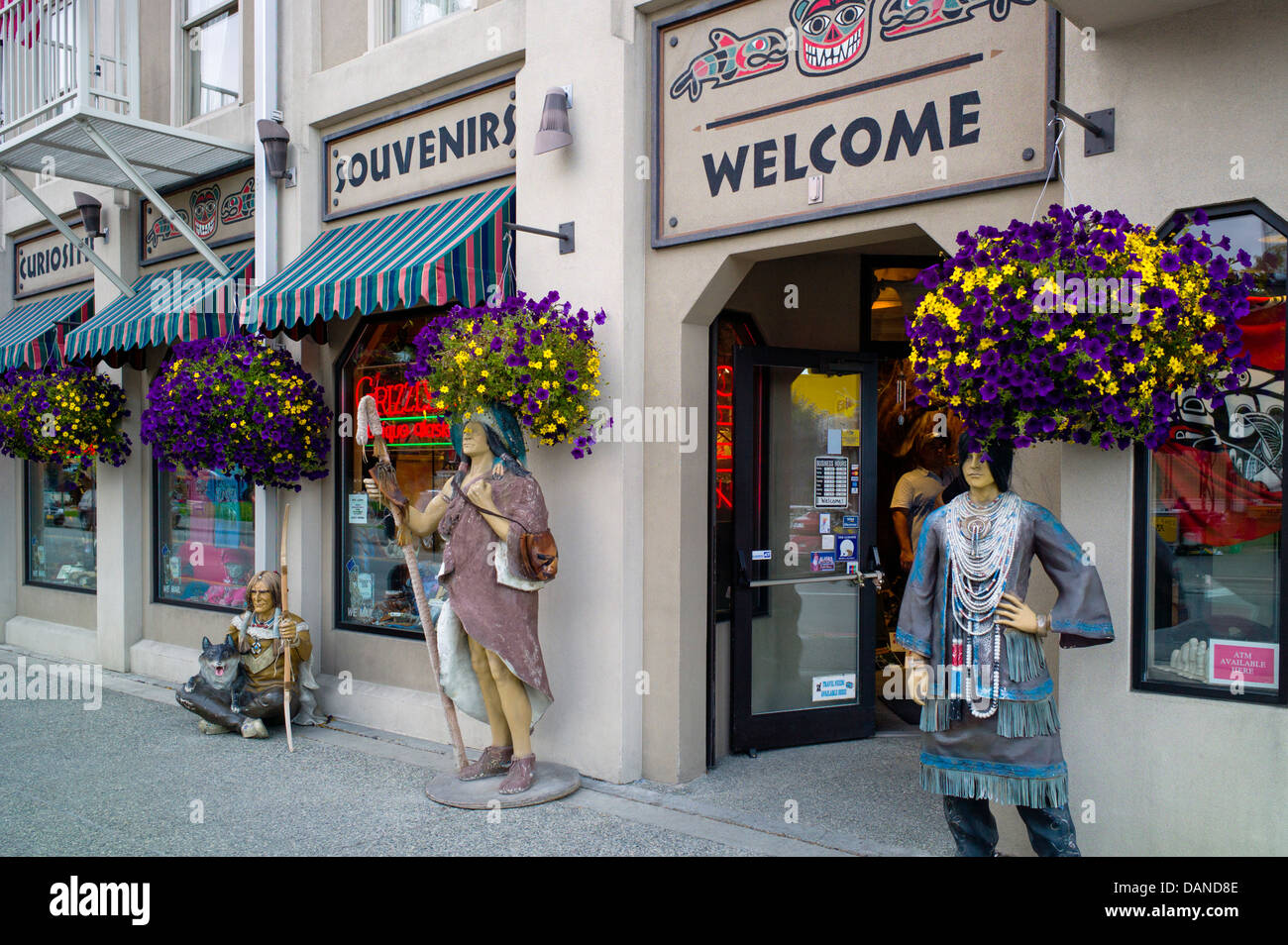 Lifesize statues of Native American Indians decorate the Grizzly's Unique Alaskan Gifts store, Anchorage, Alaska, - Stock Image