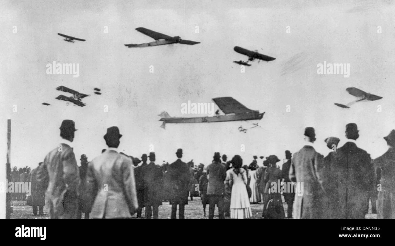 Crowd watching planes in air at Belmont Park air show, New York, circa 1910 - Stock Image