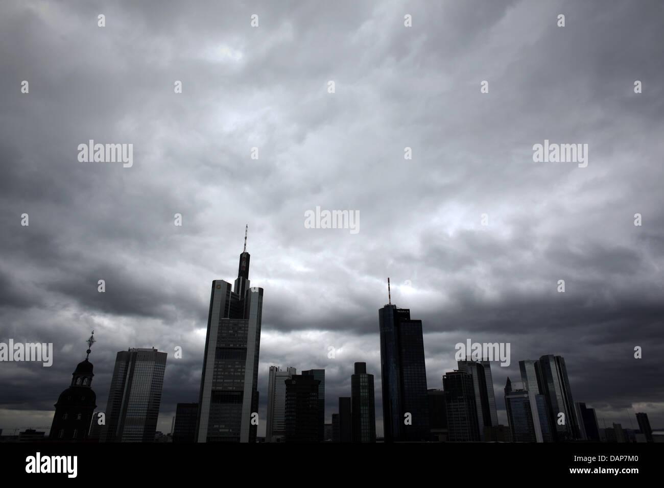 Die Skyline der Stadt Frankfurt unter grau bewölktem Himmel, aufgenommen am Samstag (30.07.2011) in Frankfurt am Stock Photo