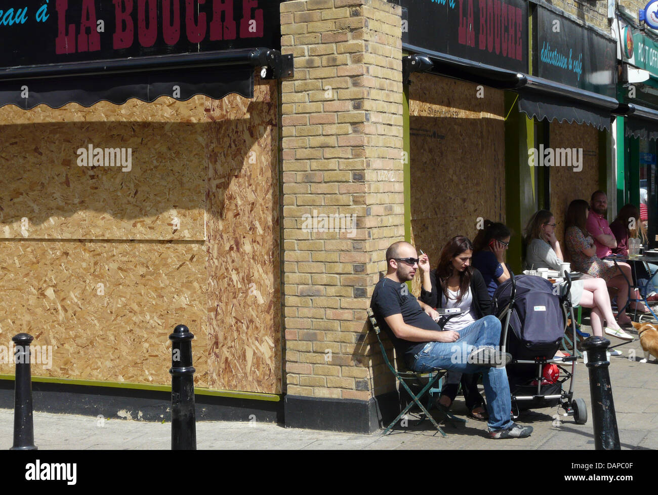 People sit in cafes again at Broadway Market in the district Hackney in London, Great Britain, 10 August 2011. After - Stock Image