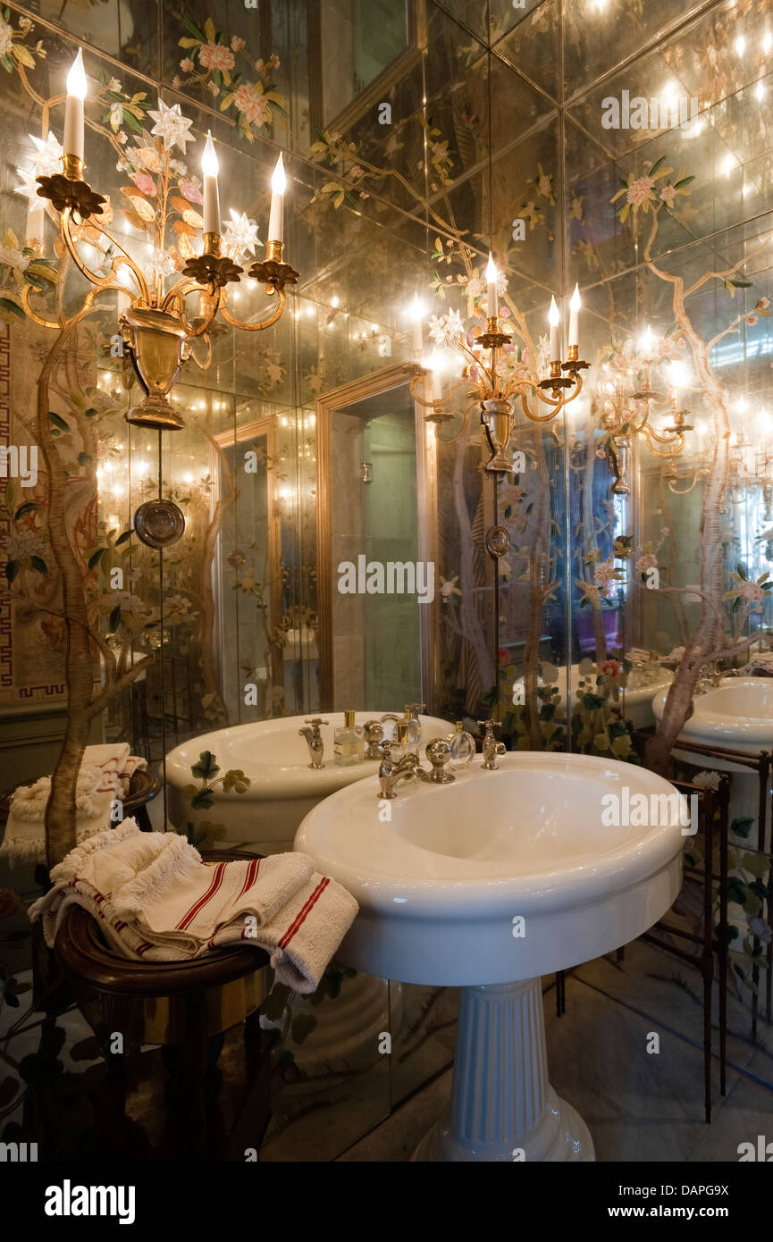 Bathroom with mirror-lined walls and ceiling and Bagues rock-crystal ...