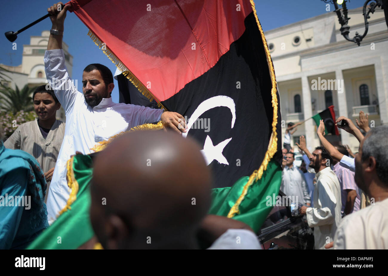 Believers demonstrate on 26 August 2011 after Friday prayers in front of the Al-Kabir mosque in Tripoli, Libya. - Stock Image