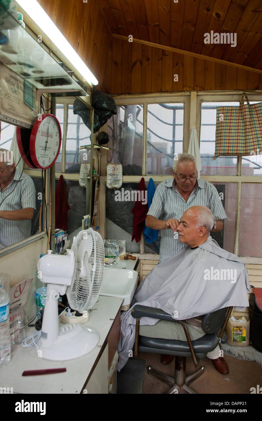 Türkei, Antalya-Stadt, Friseur im Hof des Parlak Restaurants - Stock Image