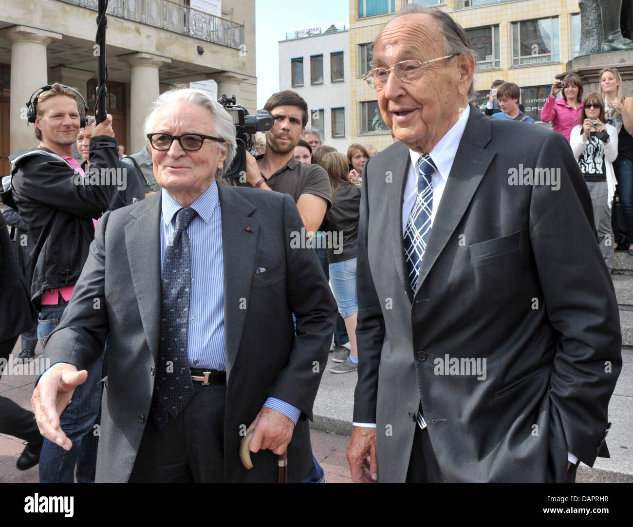 The former French and German Foreign Ministers Roland Dumas (L) and Hans-Dietrich Genscher (R) stand on Theater - Stock Image