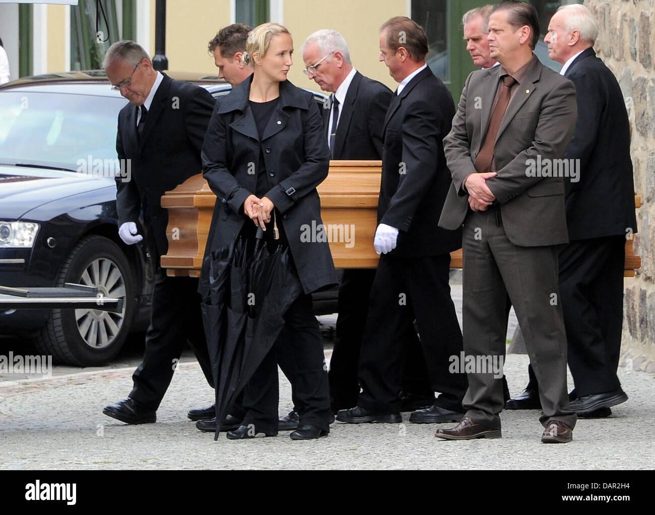 Der Sarg von Horst Kasner, der Vater von Angela Merkel, wird am Samstag (10.09.2011) in Templin in Brandenburg nach - Stock Image