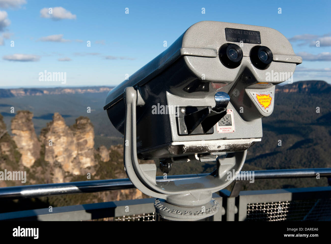 Coin operated binocular viewer looking out at The Three Sisters rock formation, Echo Point, Katoomba, Australia - Stock Image
