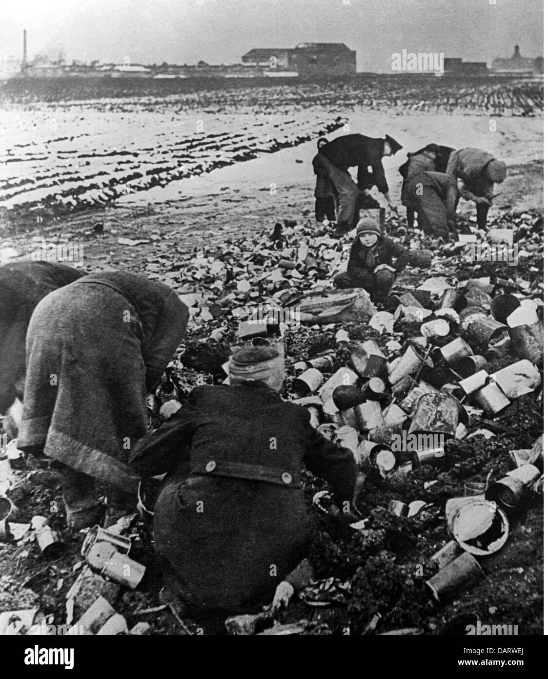 post war period, misery and hardship, Germany, food shortage, people searching in the garbage after eatables, 1945, - Stock Image
