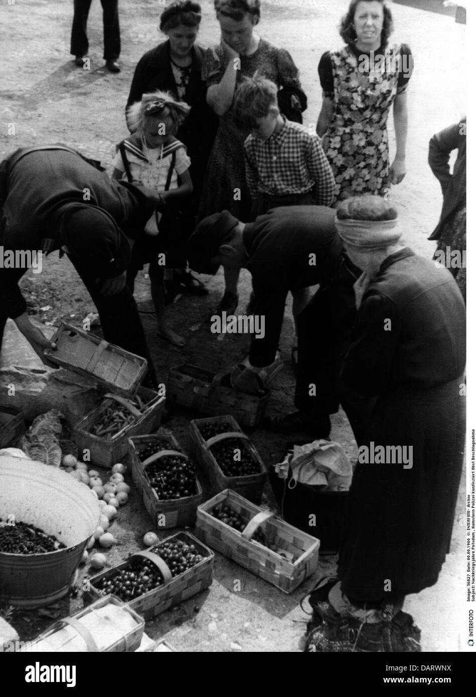 post war period, foraging, police confiscate fruit, Potsdam, Germany, 1940s,  40s, 20th century, historic, historical, - Stock Image