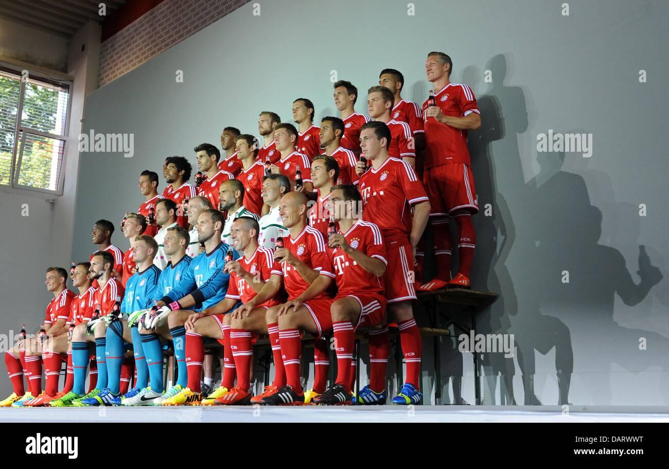 Die Spieler halten am 18.07.2013 Getränkeflaschen eines Sponsors während des offiziellen Fototermins des - Stock Image
