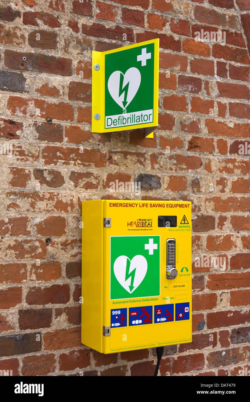 health, Heartbeat defibrillator machine beside Kennett and Avon Canal Pewsey Basin - Stock Image