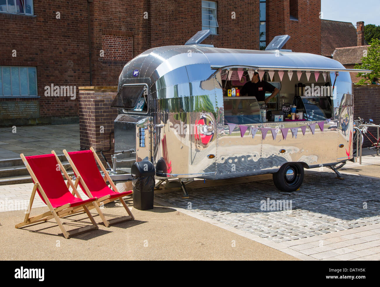 Retro catering trailer outside the Royal Shakespeare Theatre in Stratford Upon Avon - Stock Image