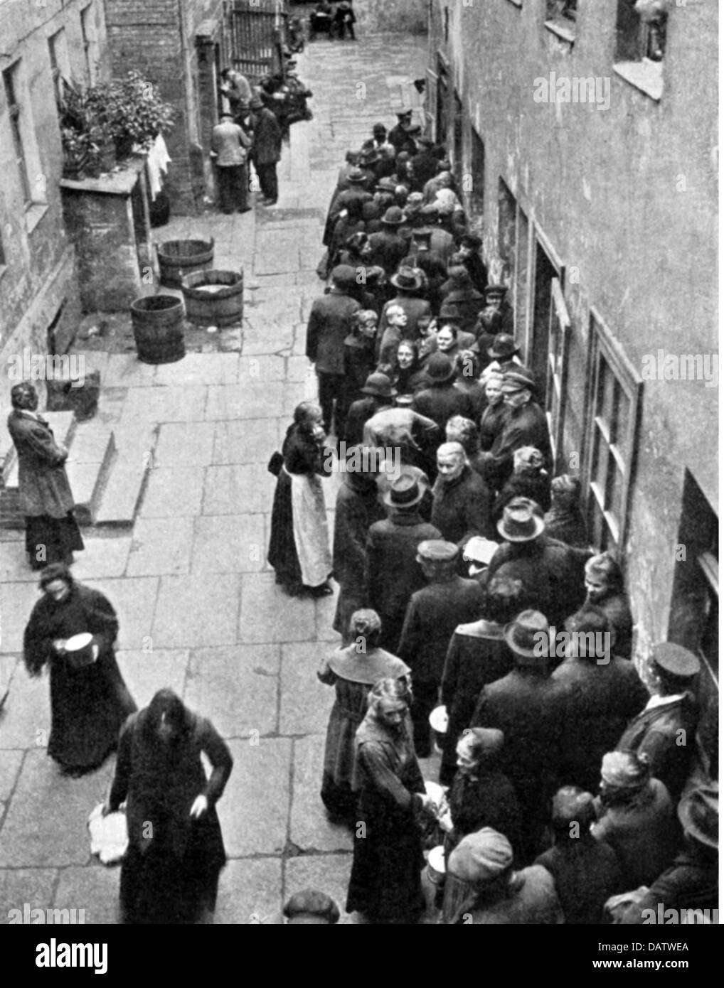 people, misery, waiting line at a soup kitchen in a Berlin backyard during the hyperinflation, 1923, Additional - Stock Image
