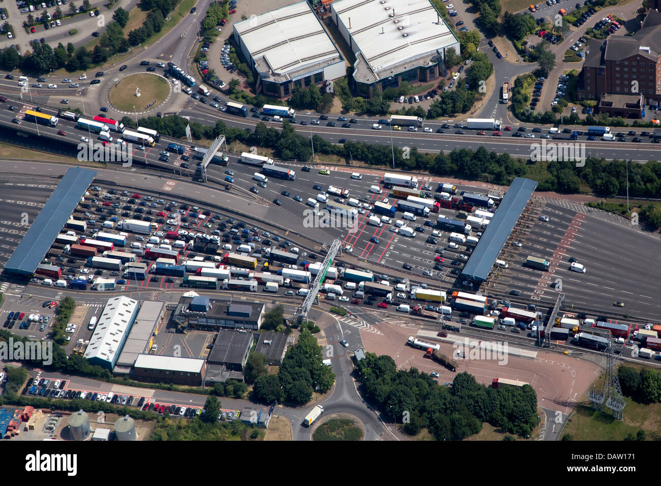 AN AERIAL VIEW OF BOTH TOLL BOOTHS OF THE QE2 BRIDGE WITH TRAFFIC QUEUING, - Stock Image