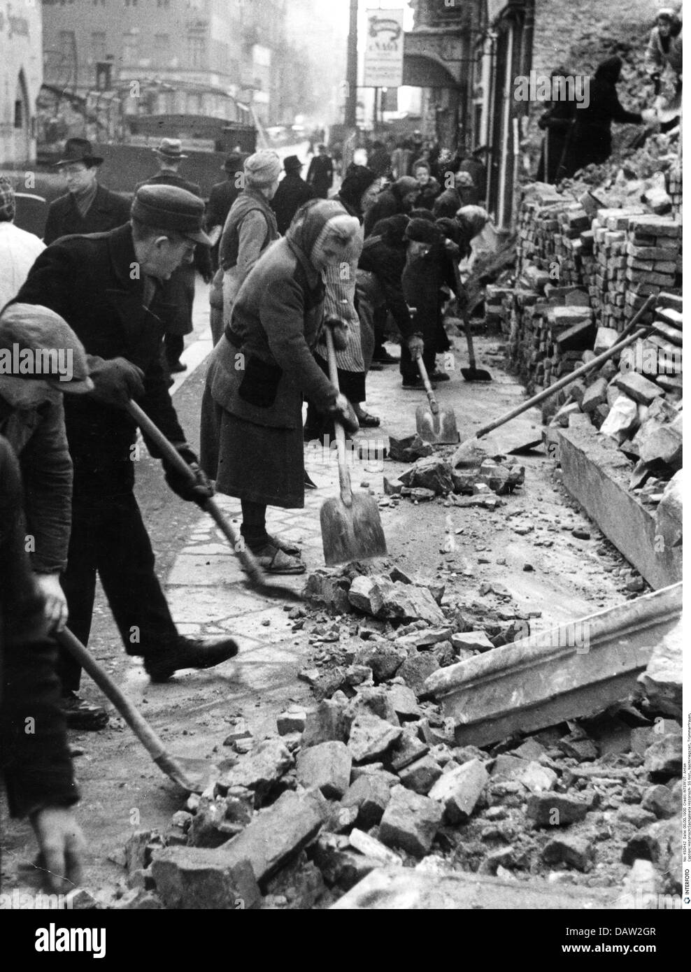 events, Second World War / WWII, aerial warfare, Germany, cleanup after a bombing raid on Berlin, near Cafe Kanzler, - Stock Image