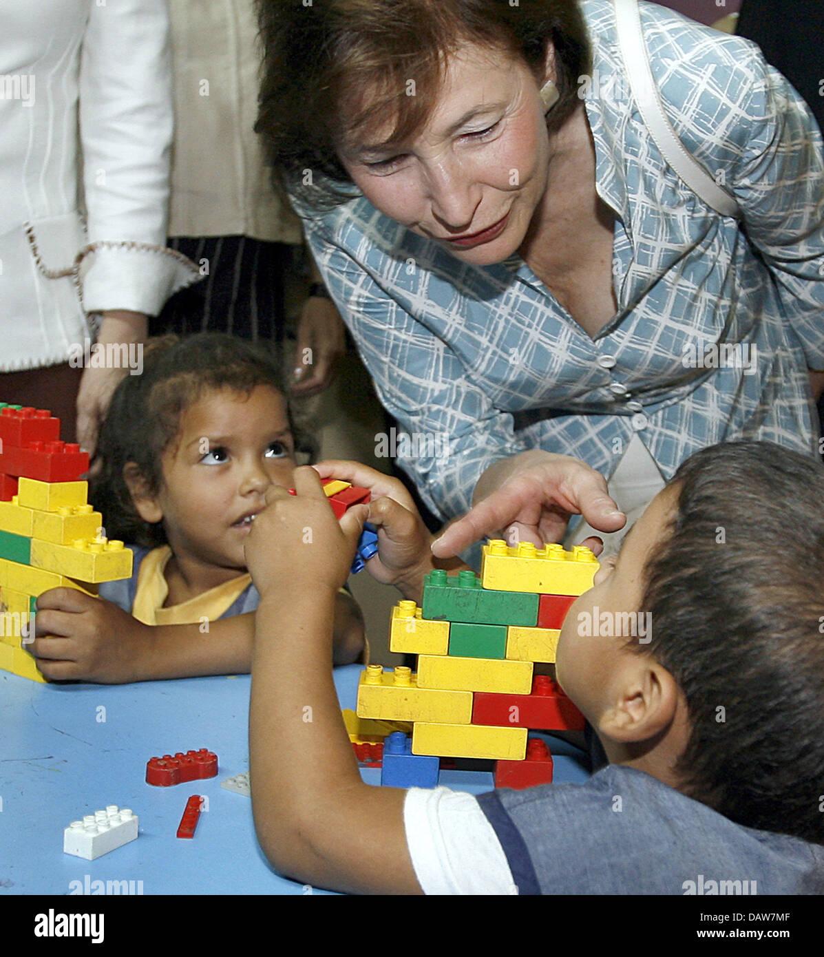 The wife of German President Horst Koehler, Eva Koehler, talks to children at the playgroup 'Cynthia Espinoza' - Stock Image