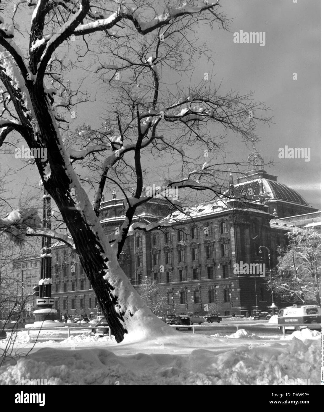 geography / travel, Germany, Munich, law courts, view over the Lenbachplatz (square) on the main building, 1960s, - Stock Image