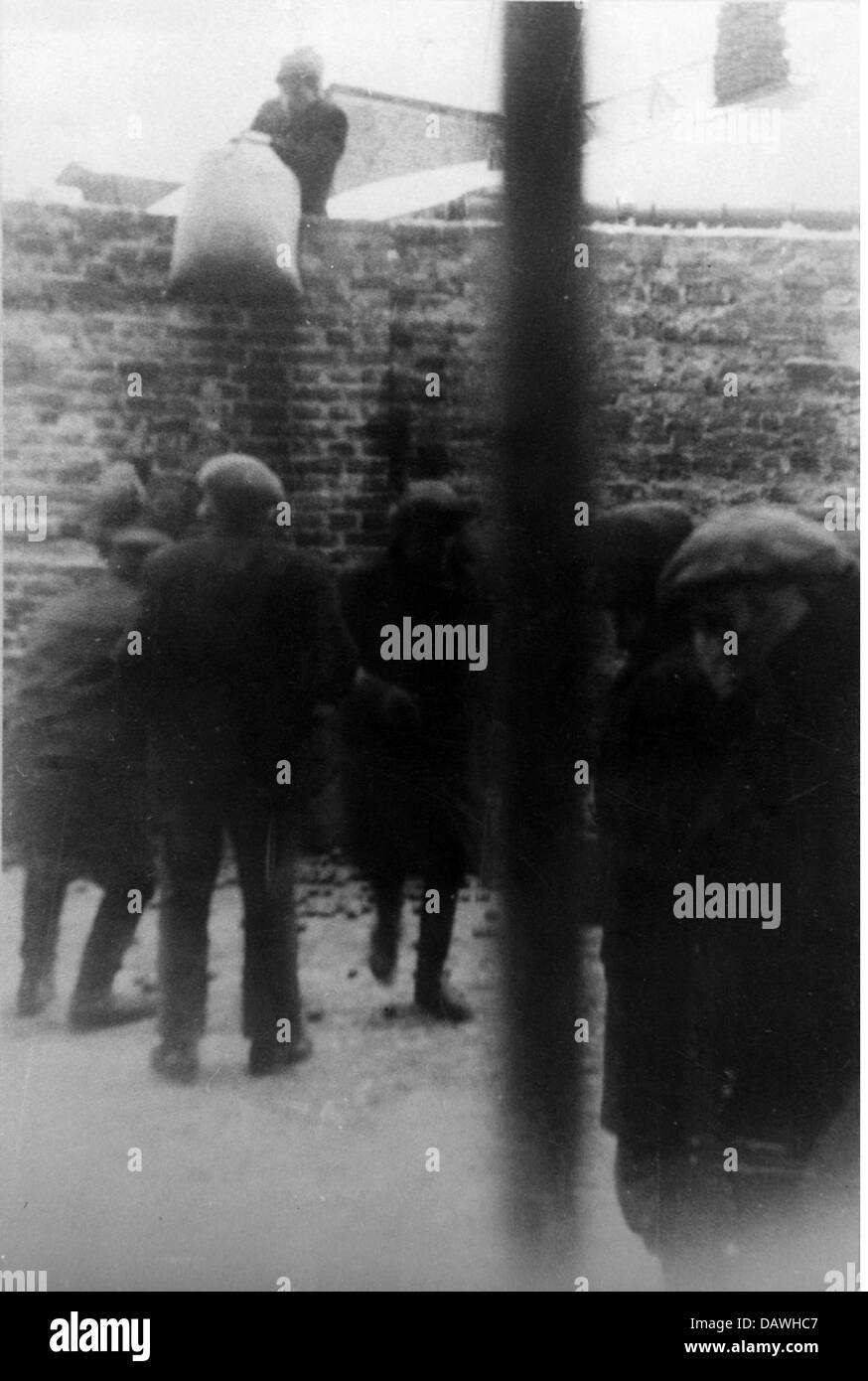 events, Second World War / WWII, Poland, German occupation, Polish workers smuggling food into the Warsaw Ghetto, - Stock Image
