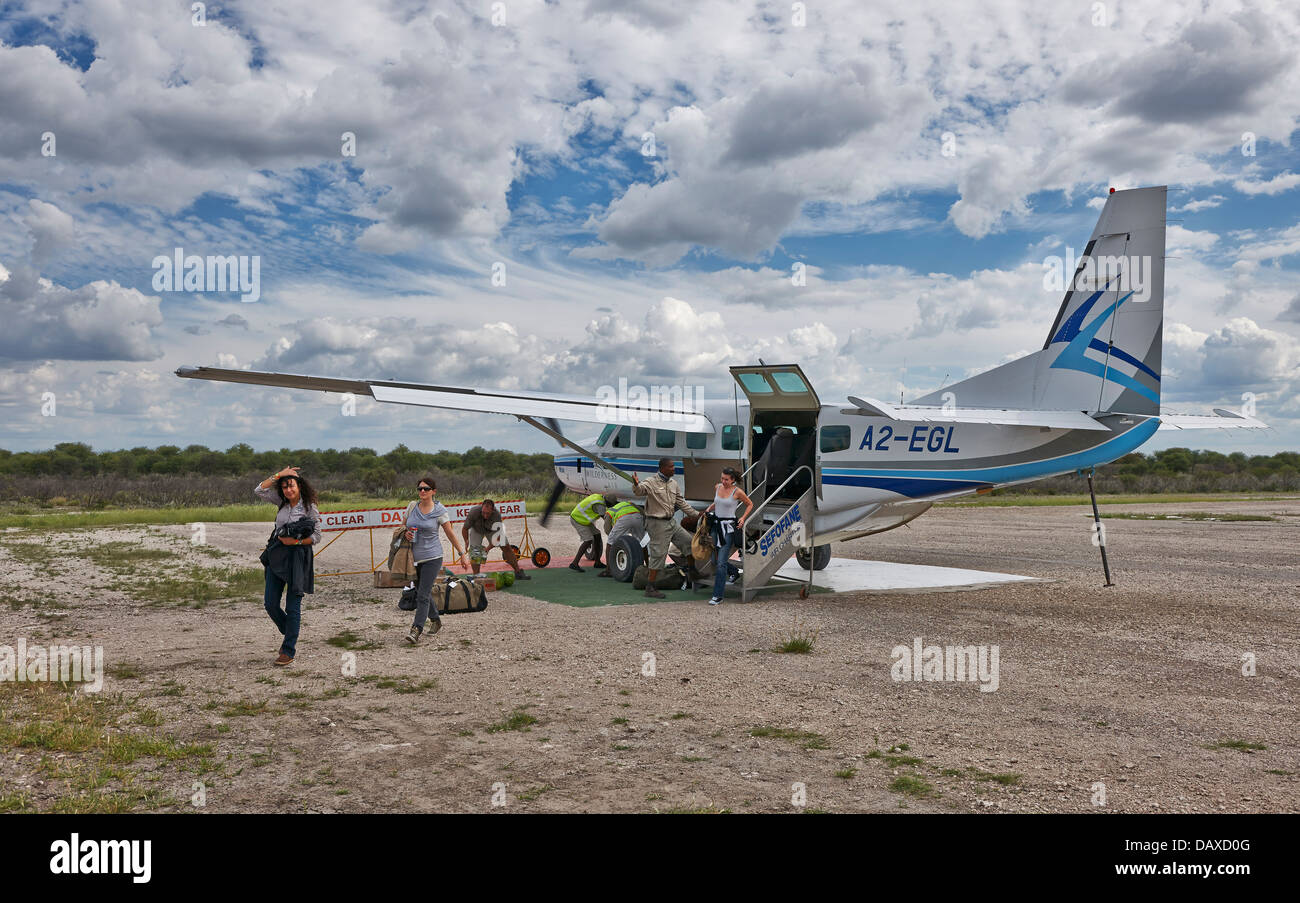 tourists arriving by plane in Central Kalahari Game Reserve, Botswana, Africa - Stock Image