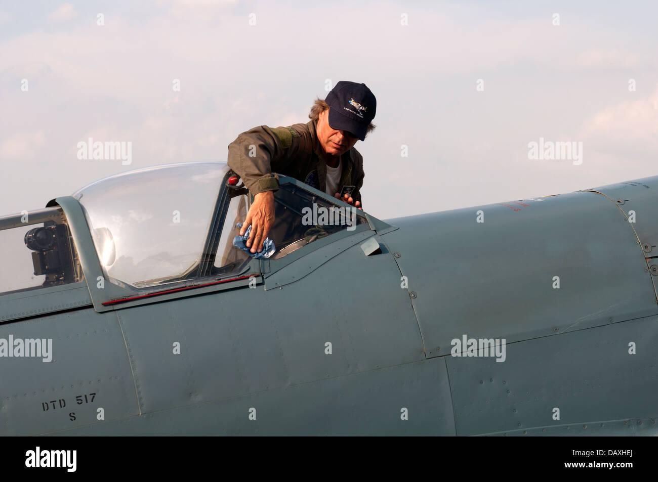 Pilot Peter Teichman with Spitfire Mk XI aircraft - Stock Image