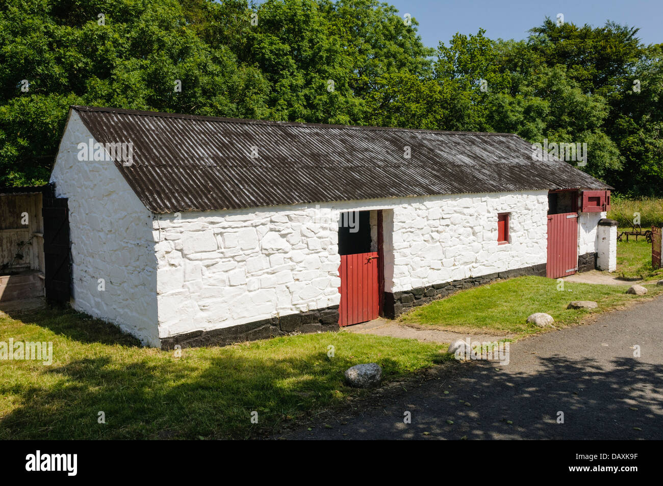 Whitewashed stables at a traditional Irish farm - Stock Image