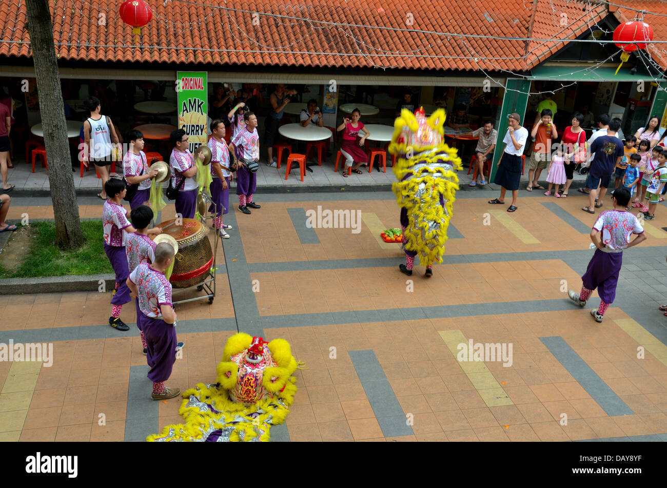 Dance troupe performs Chinese lion dance, Singapore - Stock Image