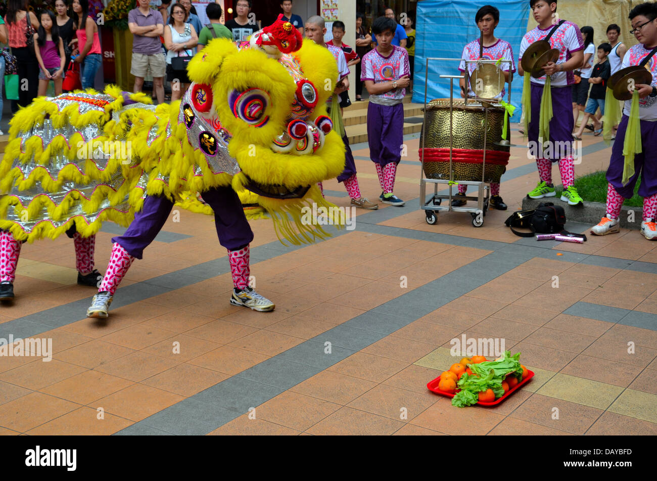 Dance troupe performs Chinese lion dance, Singapore Stock Photo