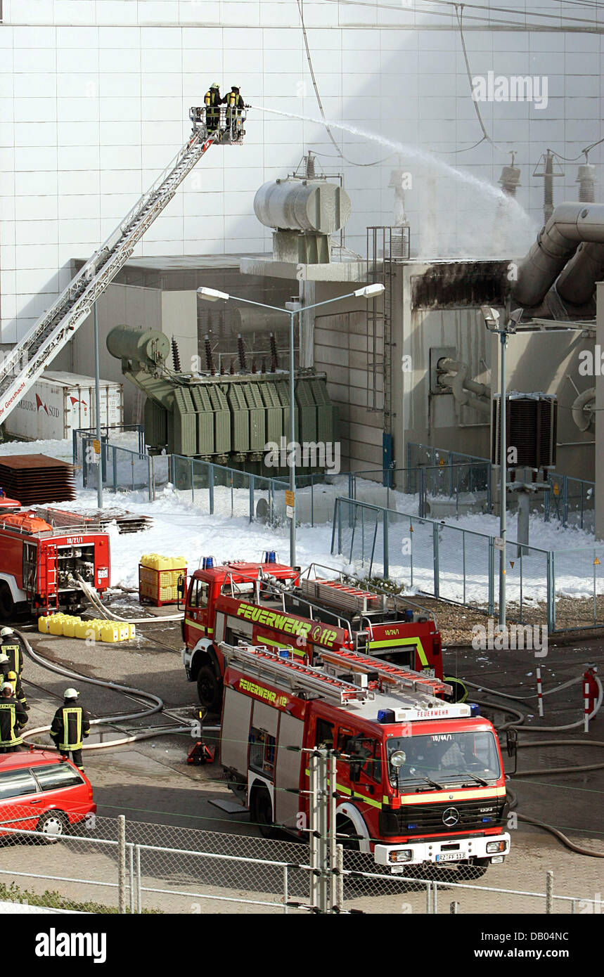 Firemen extinguish a fire at a transformer station on the compounds of the atomic power plant Kruemmel near Geesthacht, Germany, 28 June 2007. The power plant was shut down following the incident. There is no danger for the surroundings according to the fire brigade. Photo: Kay Nietfeld Stock Photo