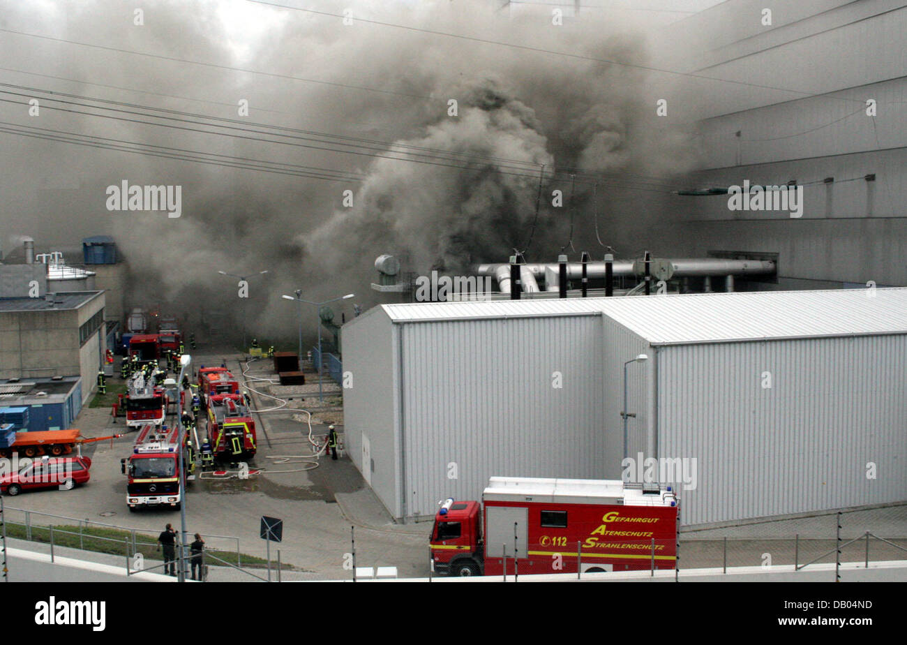 Firemen extinguish a fire at a transformer station on the compounds of the atomic power plant Kruemmel near Geesthacht, Germany, 28 June 2007. The power plant was shut down following the incident. There is no danger for the surroundings according to the fire brigade. Photo: Timo Jann Stock Photo