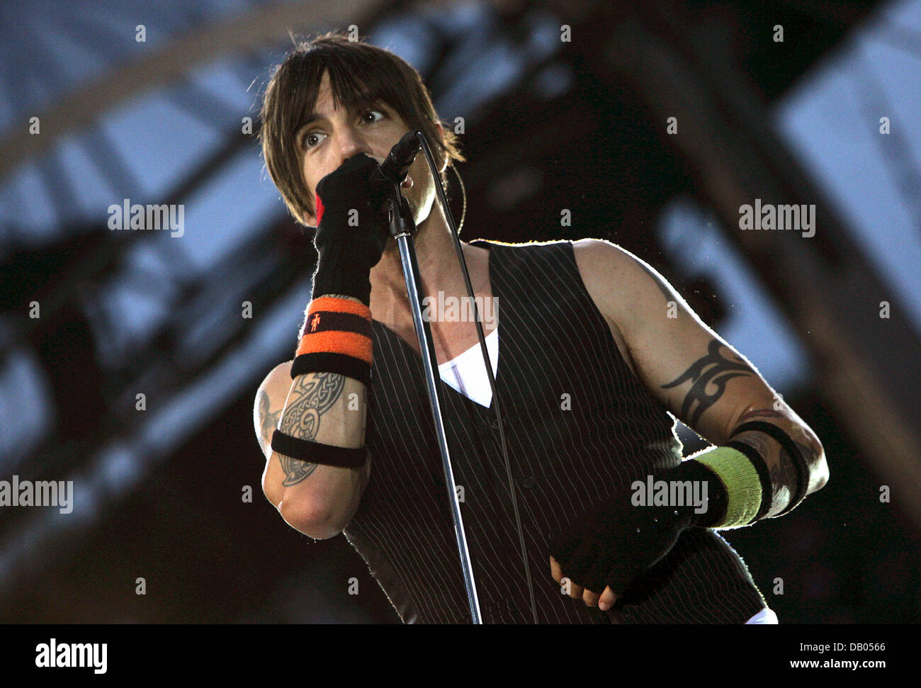 red hot chili peppers perform stock photos red hot chili peppers perform stock images alamy. Black Bedroom Furniture Sets. Home Design Ideas