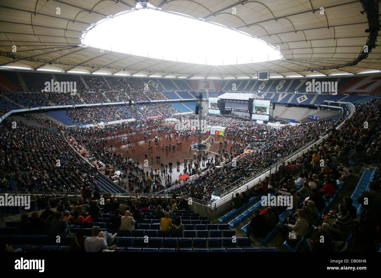 The Picture Shows Audience And Stage During Live Earth Concert At Volkspark Stadium In Hamburg Germany 07 July 2007 105 Pop Rockstars Want To