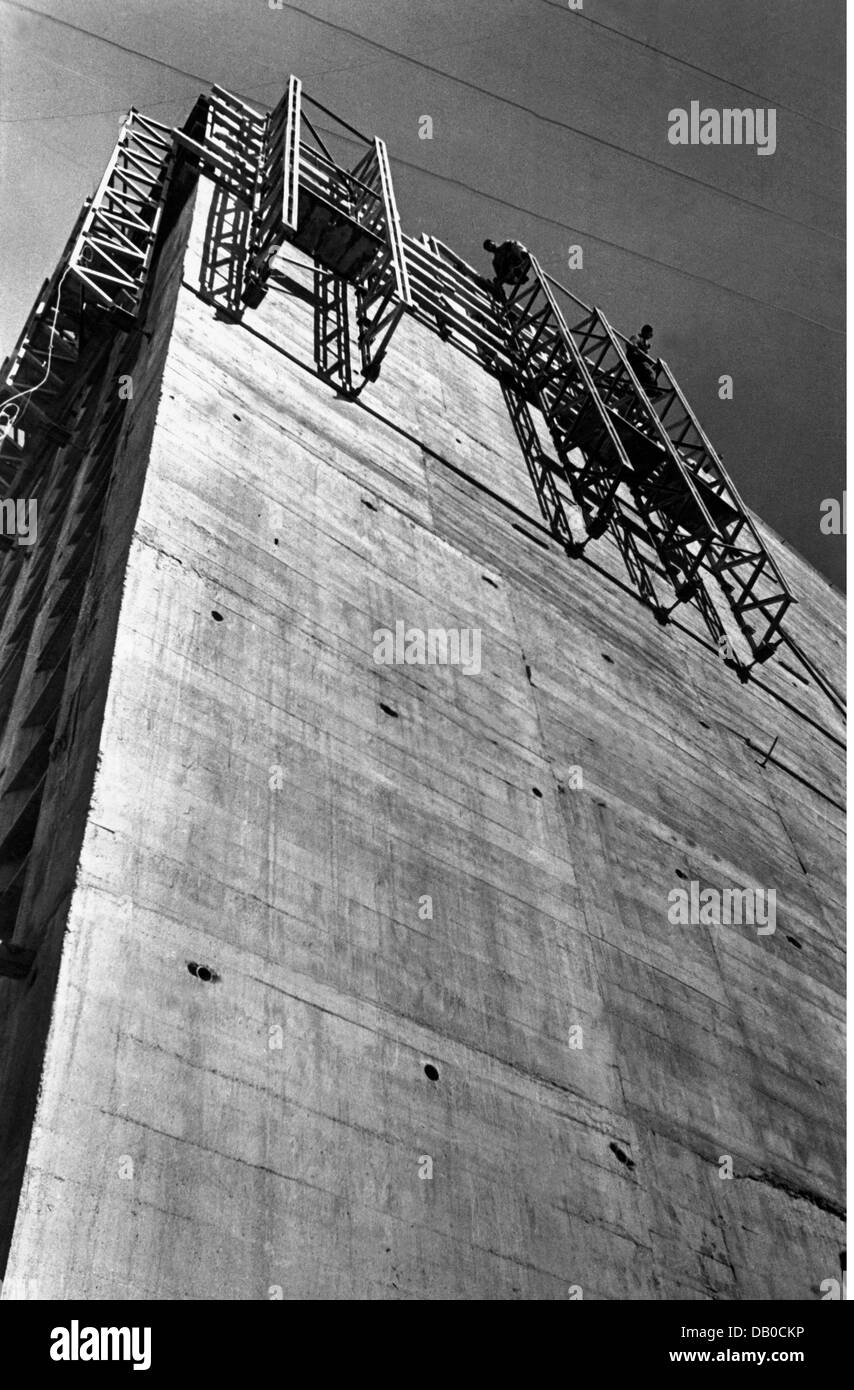 energy, water, worker on scaffold at the Limberg dam of the Kaprun power station, Austria, circa 1950, Additional - Stock Image