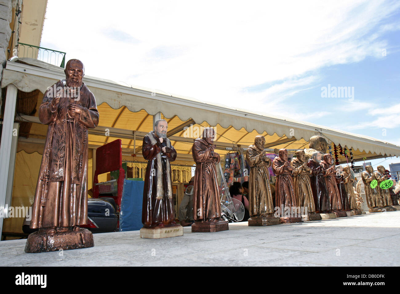 Fgures of Padre Pio are on sale in San Giovanni Rotondo, Italy, 12 May 2007.  Padre Pio, born as Francesco Forgione - Stock Image