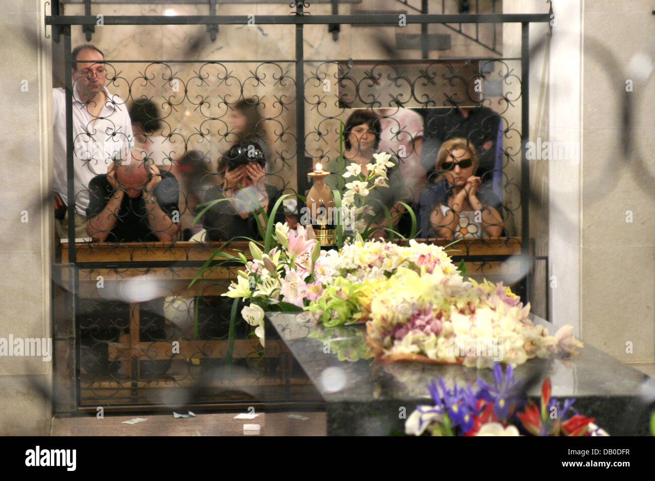 Devout Catholics pray at the tomb of Padre Pio at the crypta of San Giovanni Rotondo, Italy, 12 May 2007.  Padre - Stock Image