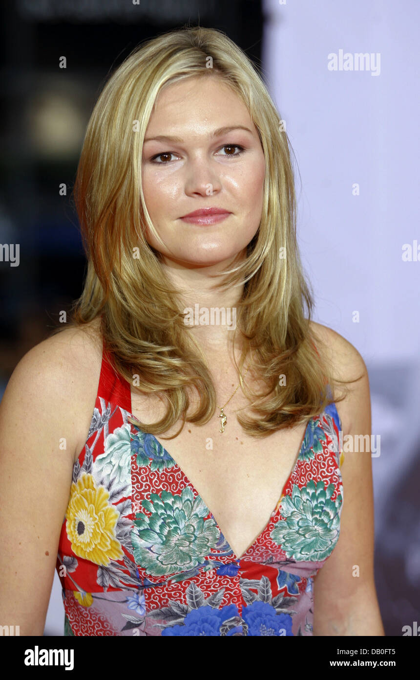 Us Actress Julia Stiles Poses For The Cameras As She Arrives