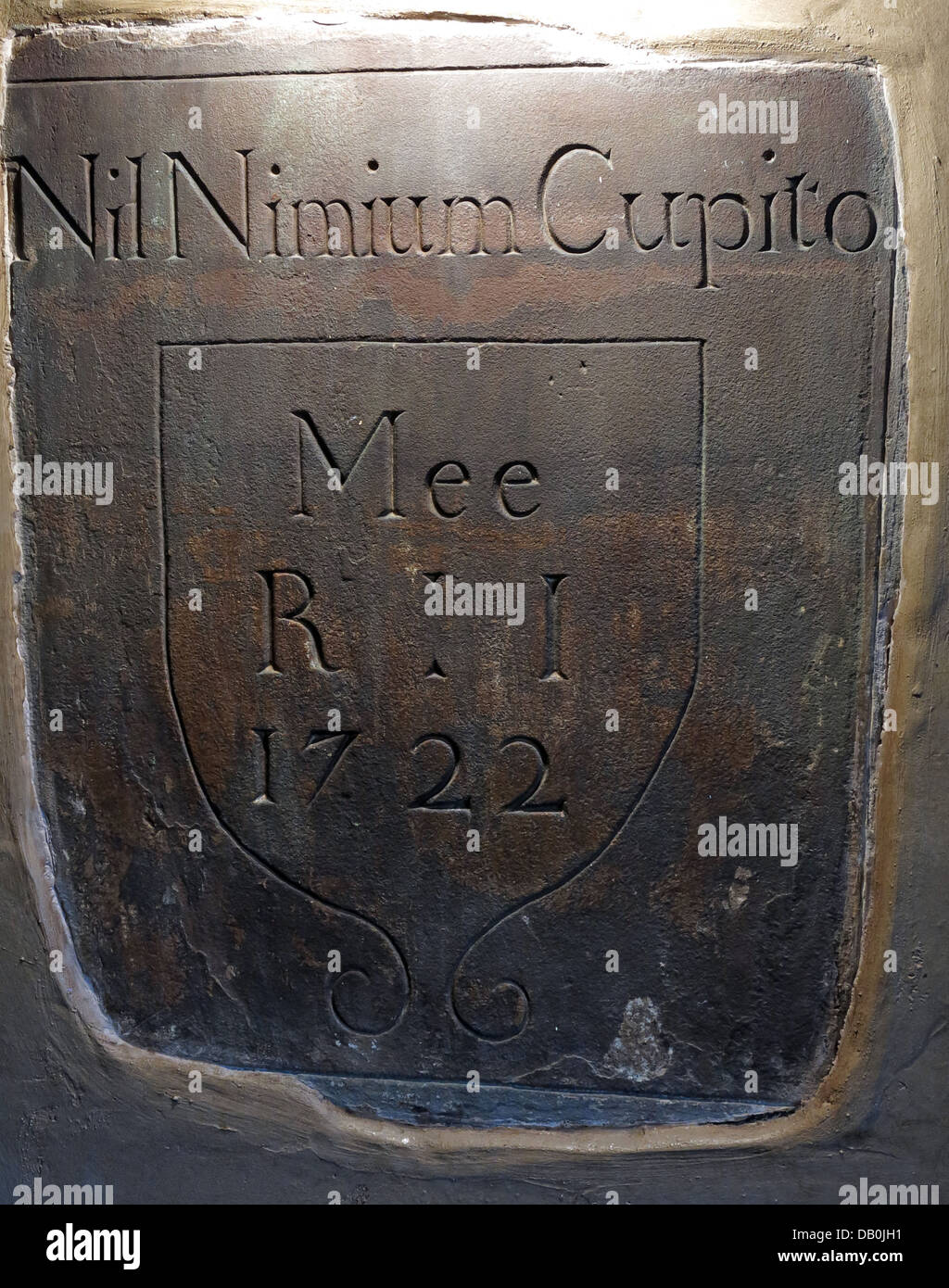 Inscription from stonework in the George & Dragon Inn, Great Budworth Nil Nimium Cupito Mee 1722 - Stock Image