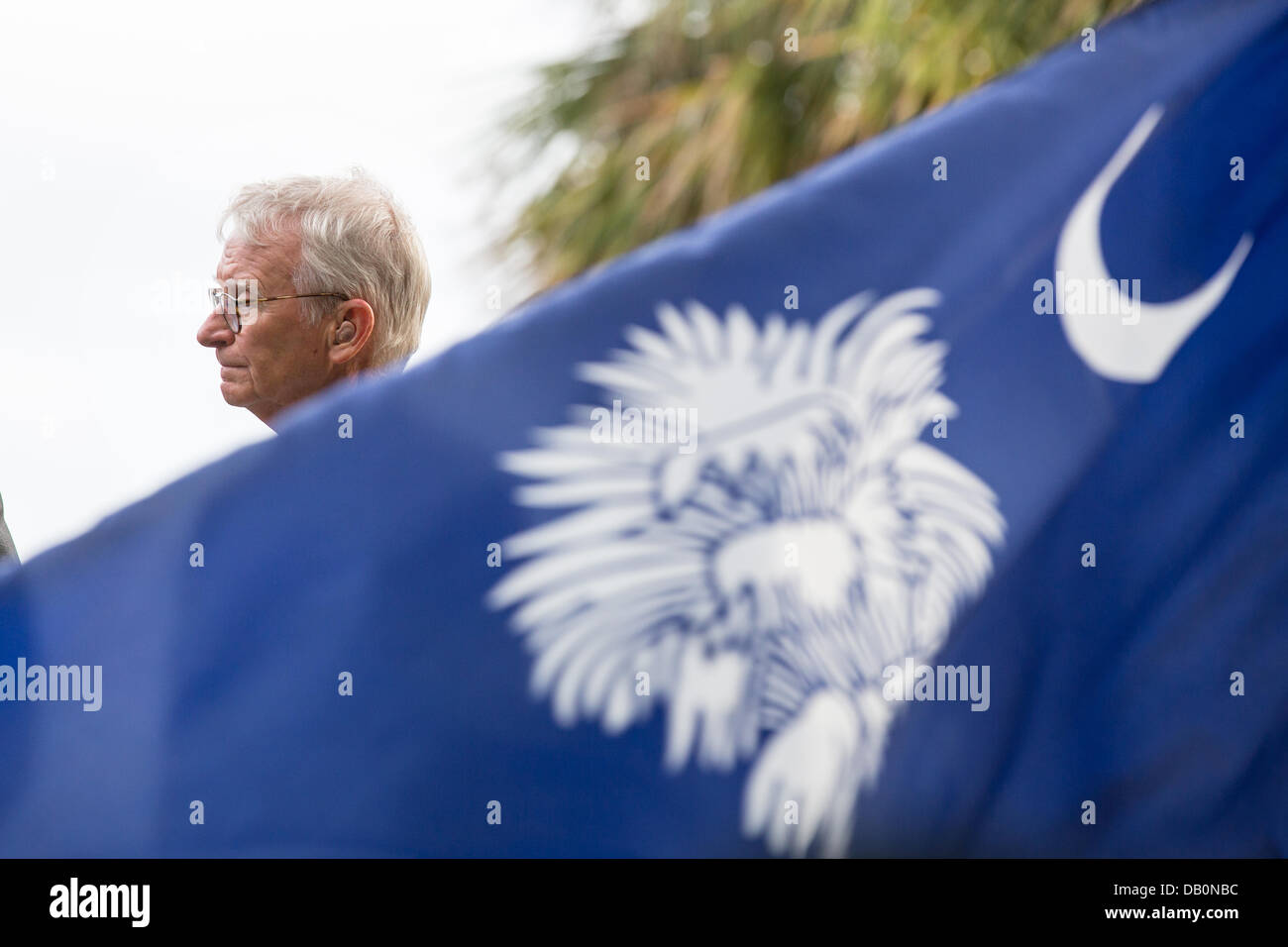 Charleston Mayor Joe Riley framed by a South Carolina flag prepares to lay during a ceremony unveiling a memorial - Stock Image