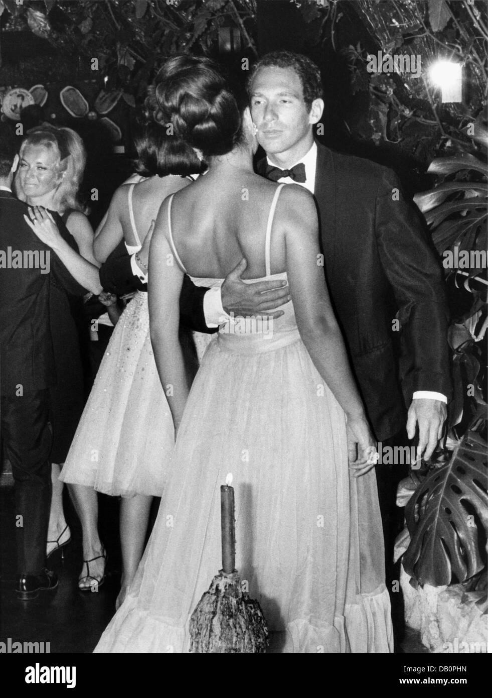 Fuerstenberg, Ira von, * 18.4.1940, German actress and jewellery designer, with Pierre de Olais in a nightspot, - Stock Image