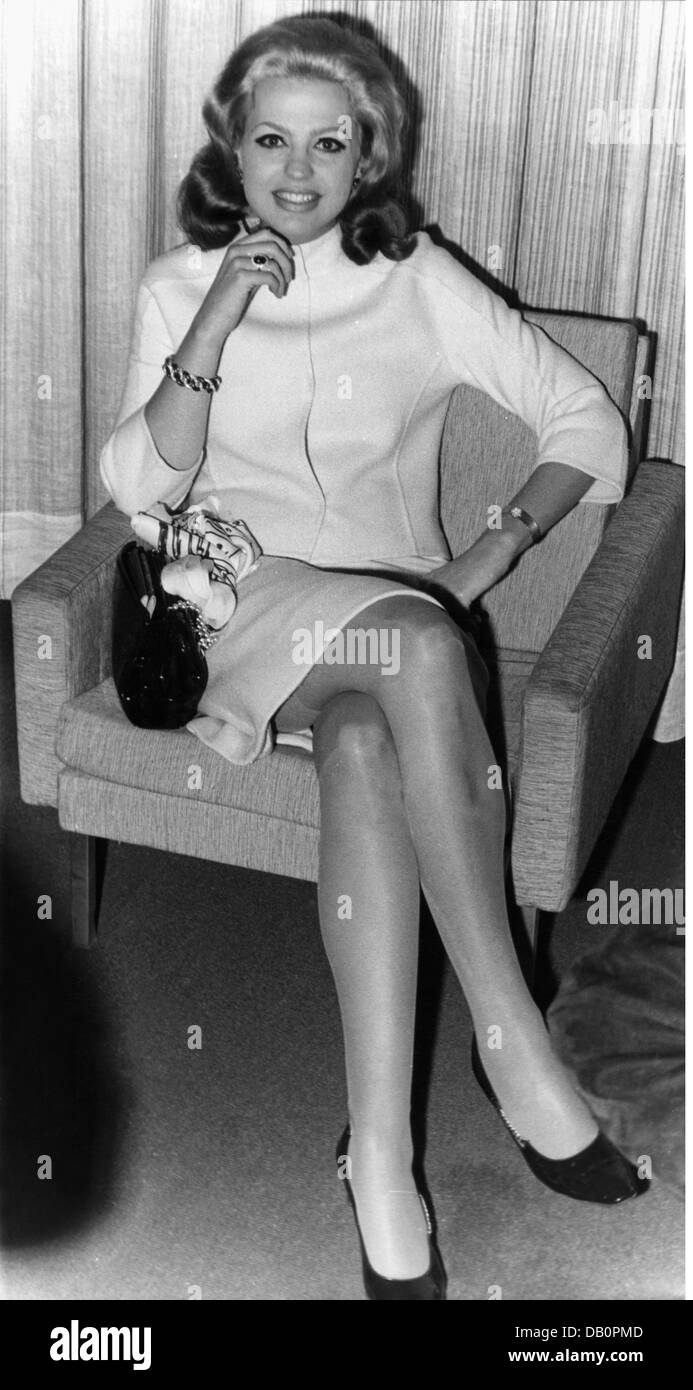 Fuerstenberg, Ira von, * 18.4.1940, German actress and jewellery designer, full length, in Hamburg for the shooting - Stock Image