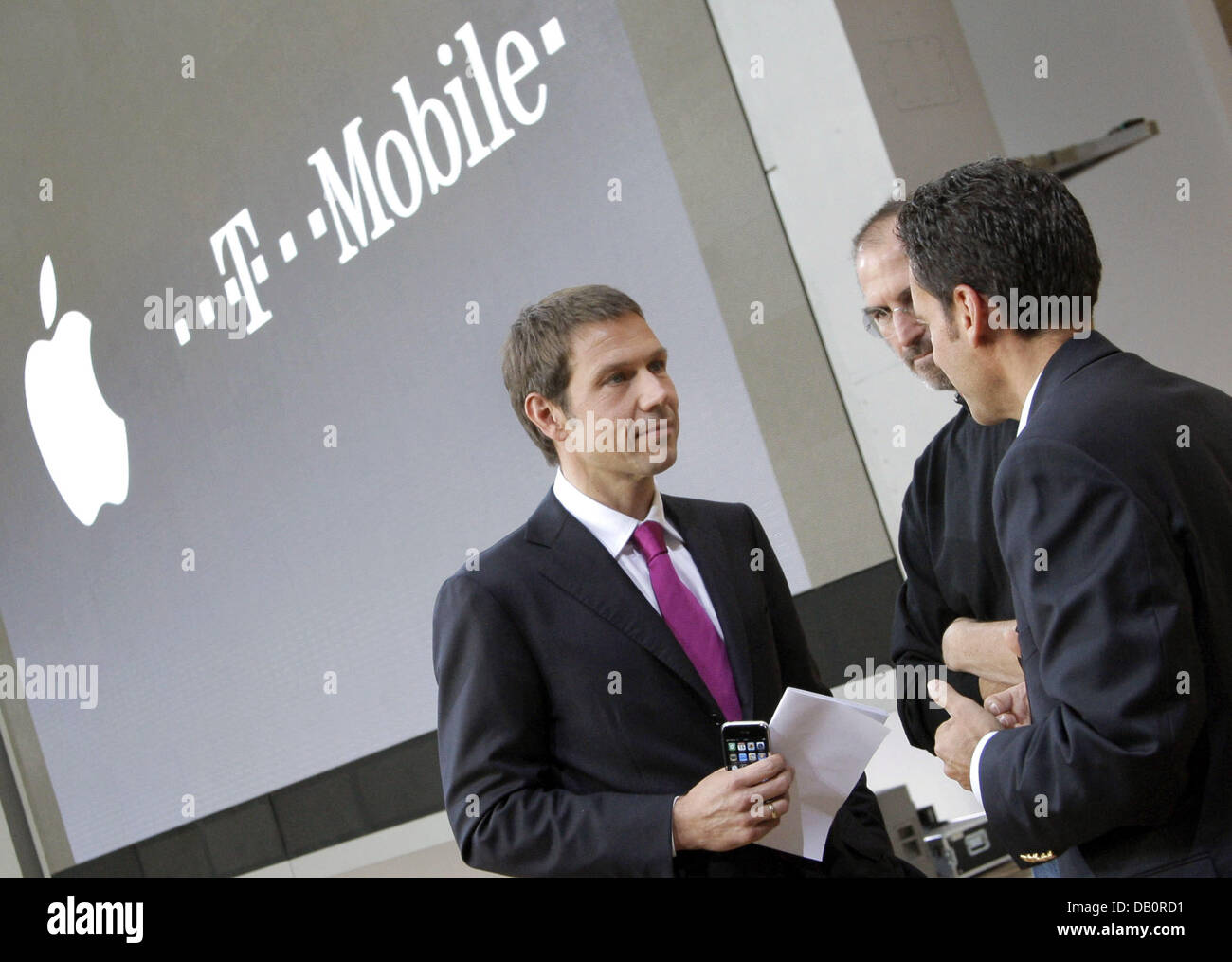 The CEO of Telekom Rene Obermann (L), Apple CEO Steve Jobs (C) and the CEO of T-Mobile International Hamid Akhavan - Stock Image