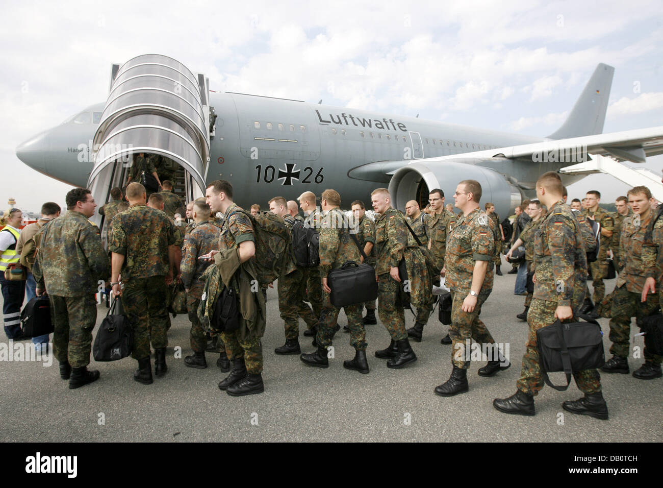 Bundeswehr soldiers of the artillery battalion 515 board a Bundeswehr airbus to the Kosovo in Hamburg, Germany, - Stock Image