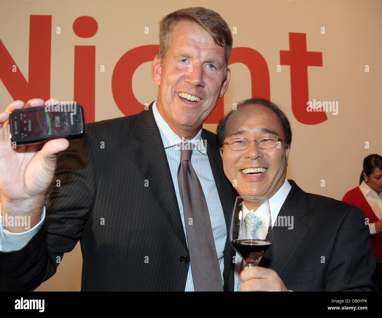 The CEO of Vodafone Germany Friedrich Joussen (L) and his counterpart of Samsung Germany Seung Kak Kang present - Stock Image