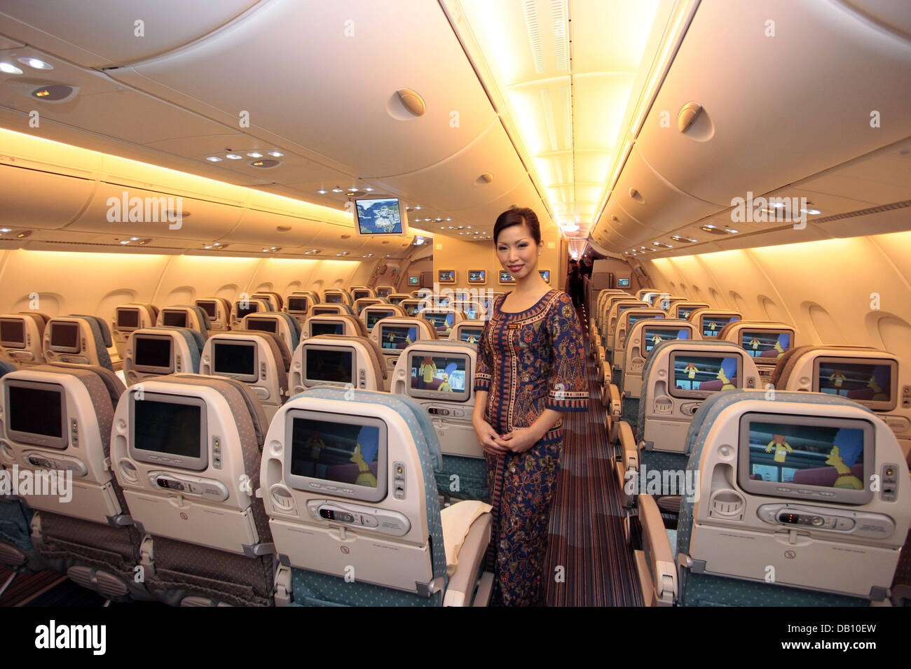 A singapore airlines stewardess poses inside the new super for Singapore airlines sito italiano