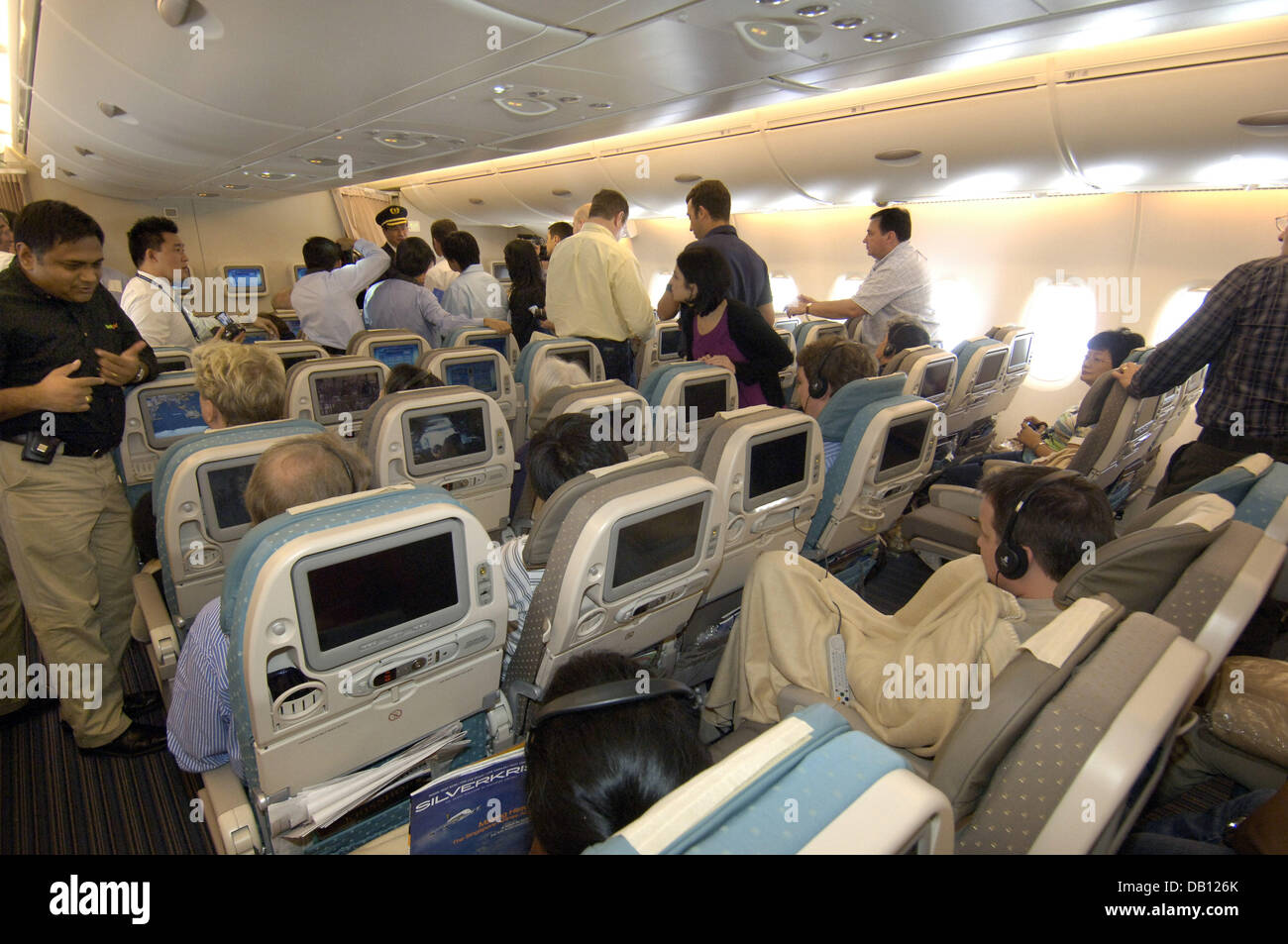 Passengers sit in the main deck of the singapore airlines for Singapore airlines sito italiano