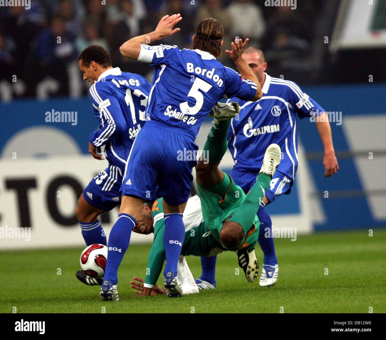 (L-R) Schalke?s Jermaine Jone, Macelo Bordon and Christian Pander unite to stop Bremen?s Neldo (middle) during the - Stock Image