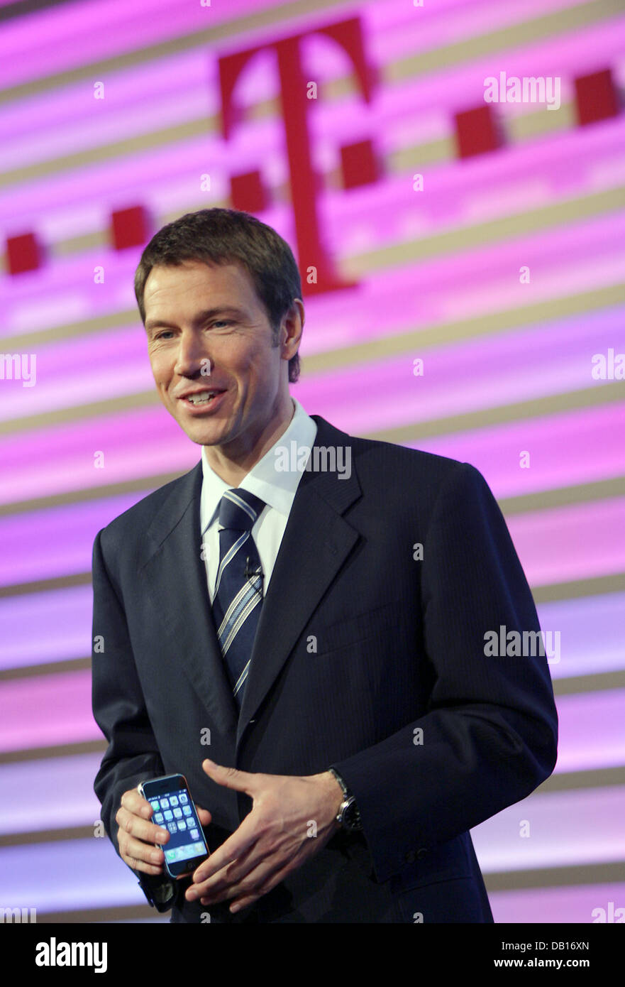 Telekom-CEO Rene Obermann presents the new Apple-cell phone 'iPhone' during the company's balance press - Stock Image